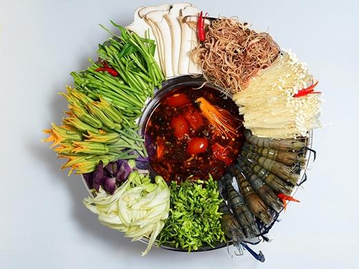 Lẩu tôm bông hậu chua cay là sự hòa hợp giữa vị chua và cay dùng với tôm tươi ngon, ăn kèm với các loại rau đúng kiểu.