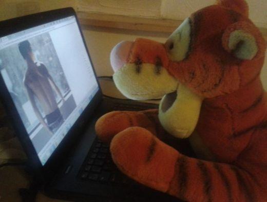 Từ nhỏ,Yongguk (B.A.P)đã dành tình yêu to lớn cho Tiger, cả hai cùng nhau đánh cờ và trong một lần nhìn thấy hình cởi trần củaYongguk, Tiger đã rất bất ngờ.
