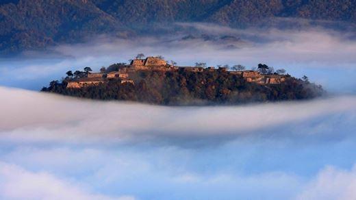 """Khám phá lâu đài """"lơ lửng trên mây"""" ở Nhật Bản"""