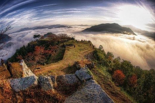 Tàn tích lâu đài Takeda nhìn từ trên cao.