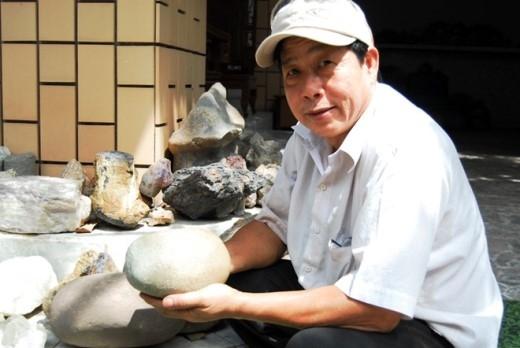 Ông Châu Chí Hùng và hòn đá tự phát sáng bí ẩn. Ảnh: Như Quỳnh.