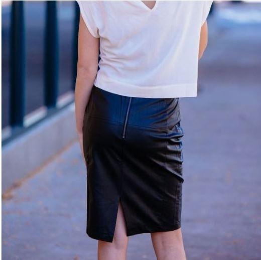 Váy bút chì được xem là một trang phục không thể thiếu trong tủ đồ vì có khả năng kết hợp và tôn dáng tuyệt đối