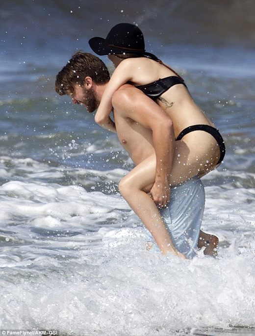 Miley Cyrus nũng nịu đòi bạn trai cõng trên lưng