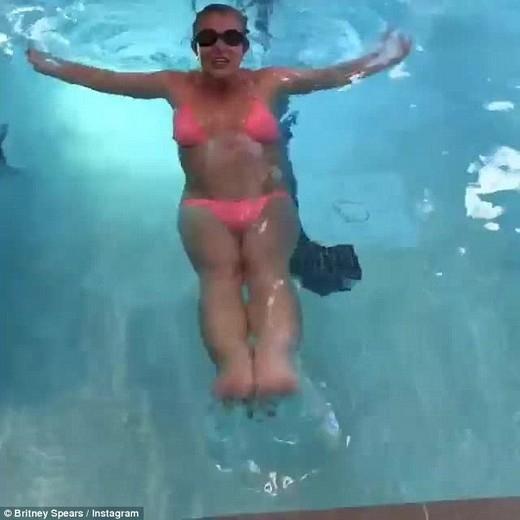 Britney Spears diện bikini khoe eo thon bụng phẳng