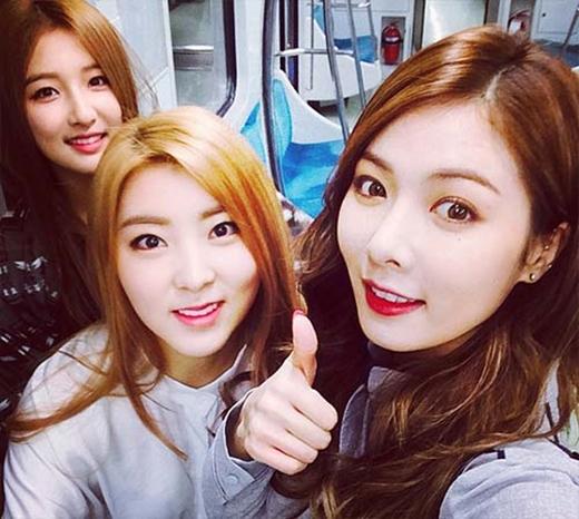 HyunA thích thú khoe hình đi tàu điện ngầm cùng các thành viên.