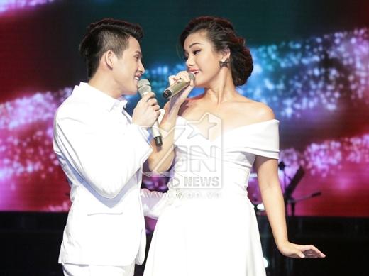 Trong bộ trang phục trắng sang trọng, cả hai đã mang đến cho khán giả một bản tình ca đầy sâu lắng và cảm xúc. - Tin sao Viet - Tin tuc sao Viet - Scandal sao Viet - Tin tuc cua Sao - Tin cua Sao
