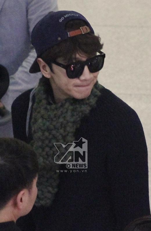 Lee Kwang Soo ăn mặc khá giản dị với cặp mắt kiếng đen nổi bật.