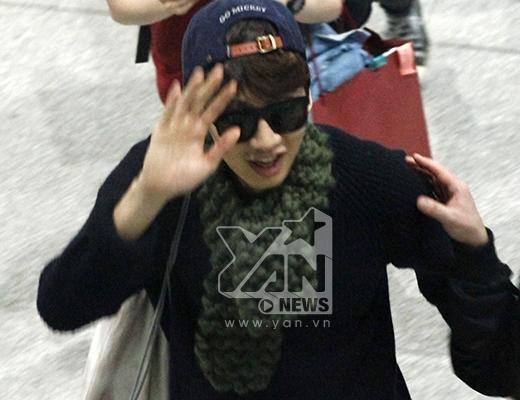 """Lee Kwang Soo nổi bần bật giữa sân bay nhờ chiều cao """"khủng"""""""
