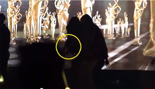 ... sau đó Taeyeon đã bị ngã ngay trên sân khấu
