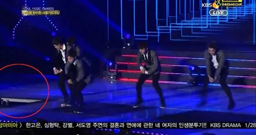 Phần sân khấu khoanh tròn được cho là nguyên nhân dẫn đến sự cố của Taeyeon