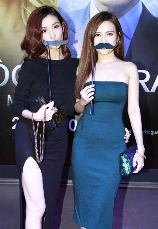 Cả hai cô nàng hớn hở đeo râu và chụp ảnh lưu niệm. - Tin sao Viet - Tin tuc sao Viet - Scandal sao Viet - Tin tuc cua Sao - Tin cua Sao