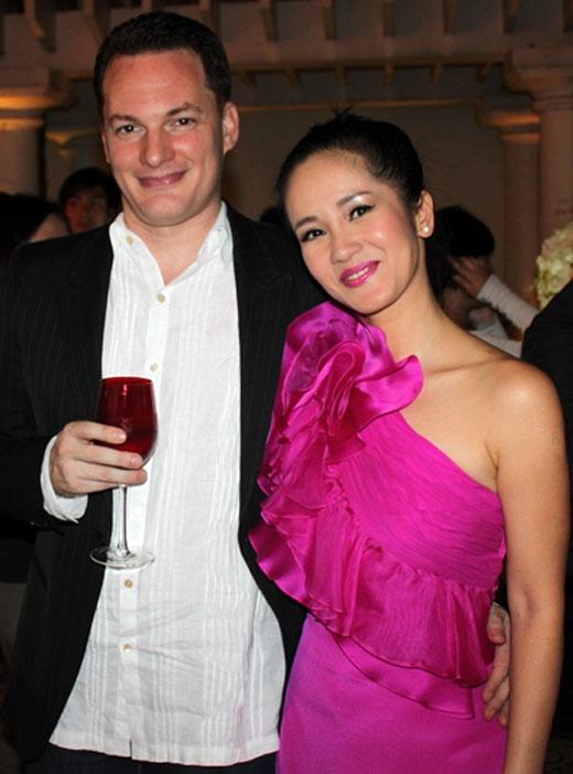 1 năm sau ngày cưới, Hồng Nhung mới quyết định công khai với báo giới. - Tin sao Viet - Tin tuc sao Viet - Scandal sao Viet - Tin tuc cua Sao - Tin cua Sao
