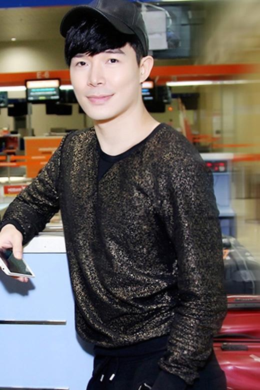Nathan Lee khoe vẻ điển trai rạng ngời bên mẹ khi xuất hiện tại sân bay Tân Sơn Nhất. - Tin sao Viet - Tin tuc sao Viet - Scandal sao Viet - Tin tuc cua Sao - Tin cua Sao