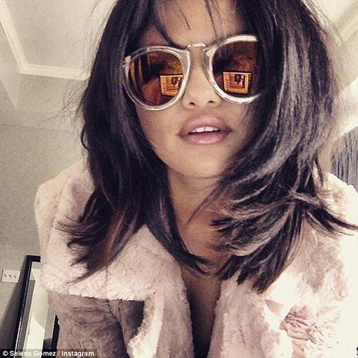 """Selena Gomez bị bắt gặp đang ôm hôn """"bạn trai tin đồn"""""""