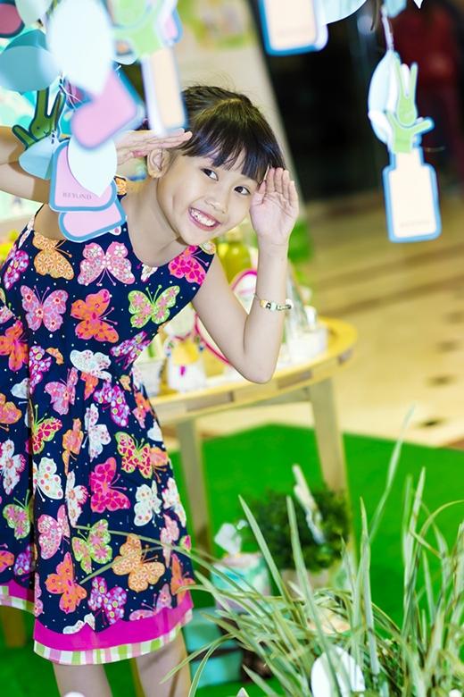 """Bảo An hiện là ca sĩ Việt Nam sở hữu MV có lượt xem lớn nhất. MV """"Xúc xắc xúc xẻ"""" của bé quay cùng với nghệ sĩ kịch Phi Long năm 3 tuổi hiện có trên 55 triệu lượt xem. - Tin sao Viet - Tin tuc sao Viet - Scandal sao Viet - Tin tuc cua Sao - Tin cua Sao"""