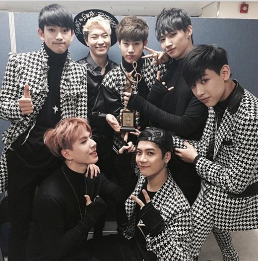 Bam Bam khoe hình GOT7 hạnh phúc giành giải thưởng tân binh trong chương trình SMA (Seoul Music Awards)