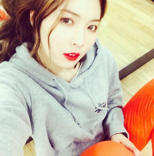 HyunA mệt mỏi trong phòng tập nhưng vẫn không quên chụp hình khoe với các fan.