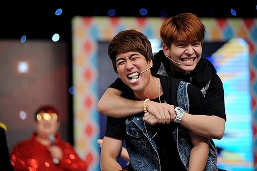 Thành viên Huy Nam và Kelvin Khánh với biểu cảm vui nhộn. - Tin sao Viet - Tin tuc sao Viet - Scandal sao Viet - Tin tuc cua Sao - Tin cua Sao