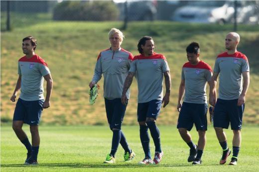 Lee Nguyễn (thứ hai từ phải sang) nằm trong danh sách 28 tuyển thủ được HLV Jurgen Klinsmann triệu tập chuẩn bị cho hai trận giao hữu quốc tế với Chile (28/1) và Panama (8/2).