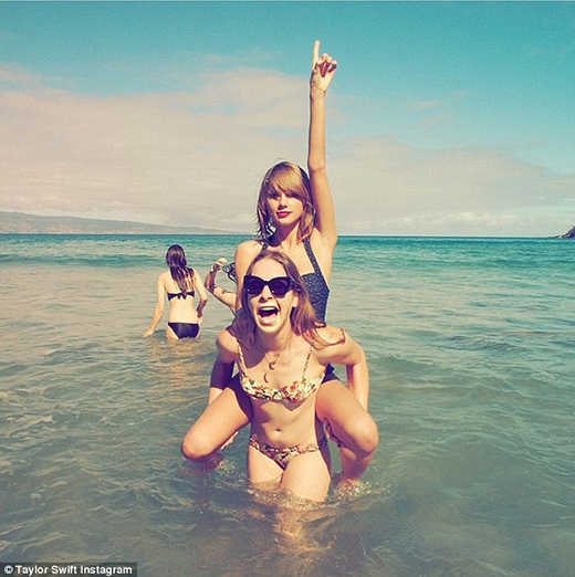 . Taylor Swift cực nhắng nhít cùng những người bạn thân trên bãi biển
