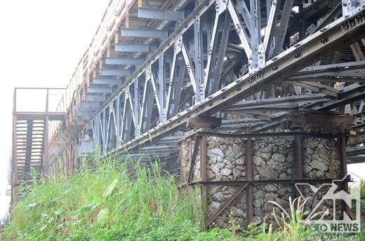 Một rọ đá khung thép được dùng tạm làm trụ cầu từ nhiều năm nay.