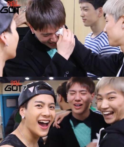 """Trong chương trình Real GOT7, Yugyeom đã một phen """"hú vía"""" khi bị các thành viên còn lại trách móc vì đến tập trễ, sau đó phát hiện mình bị """"camera ẩn"""", anh chàng đã bật khóc vì trò đùa quái ác ấy."""