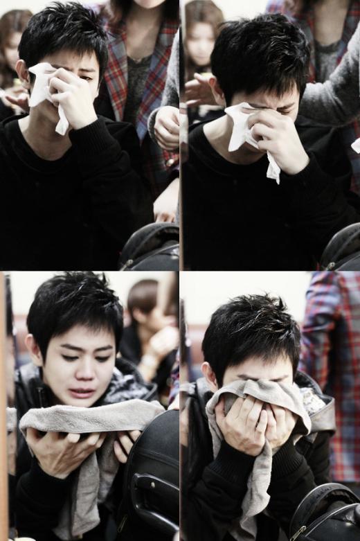 Bề ngoài trong Yoseob mạnh mẽ, lạnh lùng là thế, nhưng hình ảnh anh rơi nước mắt sau hậu trường khi Beast giành được chiếc cúp đầu tiên cho ca khúc Shock khiến fan không khỏi xót xa.