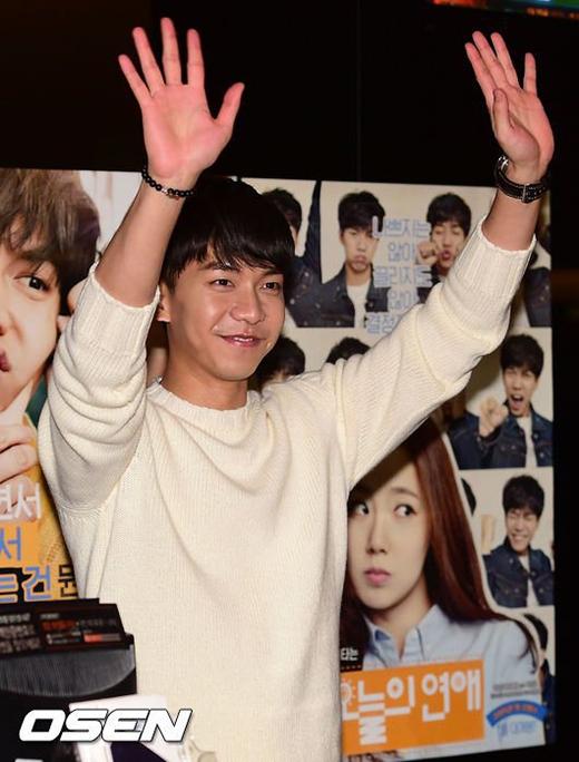 Lee Seung Gi bất ngờ chuyển nghề bán vé xem phim
