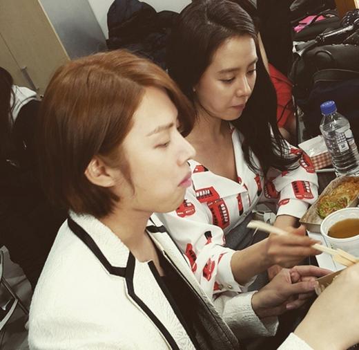 Heechul thích thú khoe hình dùng bữa cùng Song Ji Hyo.