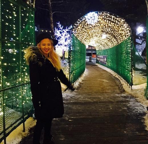 Hyoyeon vui vẻ đi trượt tuyết và đăng tải hình cập nhật với fan: Một buổi trượt tuyết vui vẻ, ăn tối ngon lành và đi dạo vòng quanh.