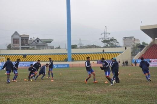 Sân Cẩm Phả đang được đội Than Quảng Ninh tập luyện hằng ngày