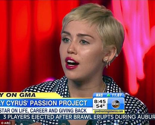 """Miley Cyrus khuyến khích giới trẻ nên nói về """"chuyện ấy"""" nhiều hơn"""
