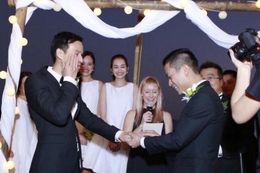 Adrian Anh Tuấn (phải) và Sơn Đoàn trao nhẫn cho nhau trong sự chứng kiến của bố mẹ hai bên, người chủ hôn cùng khoảng 50 khách mời.