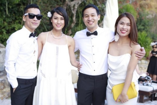 Kathy Uyên (thứ hai từ trái qua), và Hà Mi (phải) chúc hạnh phúc cho hai người bạn thân.