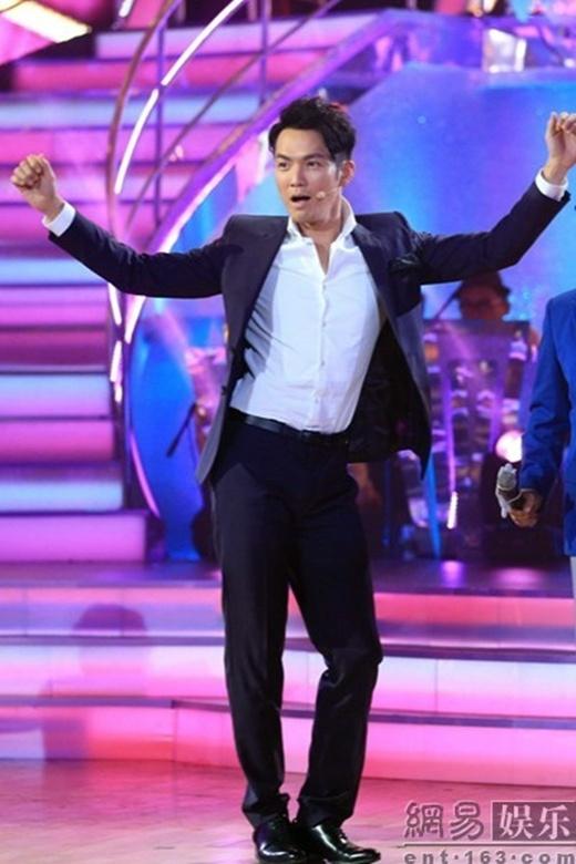 Chung Hán Lương uốn éo khiêu vũ trên sân khấu