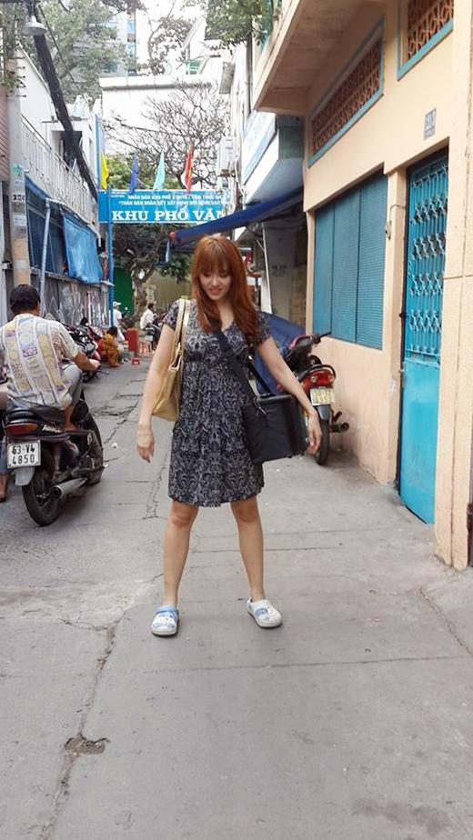 Hari Won với hình ảnh đời thường, tay xách nách mang đầy dụng cụ nghề nghiệp kèm với đôi dép teen dễ thương khiến các fan vô cùng thích thú. Đây là hình ảnh cô nàng giả vờ vào vai hành nghề trợ lí khá hài hước. Với tính cách vô tư, hồn nhiên cùng với giọng nói tiếng Việt lơ lớ hết sức ngô nghê, Hari Won là cô gái Hàn Quốc hiếm hoi nhanh chóng chiếm được tình cảm của đông đảo khán giả Việt. - Tin sao Viet - Tin tuc sao Viet - Scandal sao Viet - Tin tuc cua Sao - Tin cua Sao