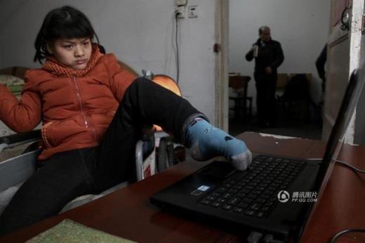 Cảm phục nghị lực của cô gái tàn tật viết tiểu thuyết bằng chân