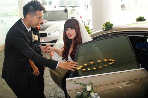 Trưa 25/1, hôn lễ của nhạc sĩ Only C và cô dâu Ngân Hà đã được tổ chức tại một trung tâm tiệc cưới ở TP.HCM. Rất nhiều bạn bè trong giới đến chia vui với cha đẻ của bản hit Anh không đòi quà. - Tin sao Viet - Tin tuc sao Viet - Scandal sao Viet - Tin tuc cua Sao - Tin cua Sao