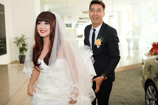 Đám cưới được diễn ra trong không khí rất ấm áp với sự chứng kiến của gia đình hai bên và bạn bè thân thiết của cặp vợ chồng trẻ. - Tin sao Viet - Tin tuc sao Viet - Scandal sao Viet - Tin tuc cua Sao - Tin cua Sao