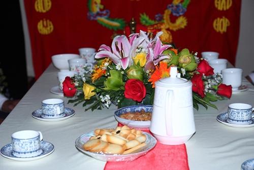 Bàn tiệc hai họ trang trí khá đơn giản gồm bánh ngọt và nước trà. Chiều 27/1, Huỳnh Đông và Ái Phương sẽ tổ chức tiệc chiêu đãi bạn bè, đồng nghiệp tại TP HCM. - Tin sao Viet - Tin tuc sao Viet - Scandal sao Viet - Tin tuc cua Sao - Tin cua Sao