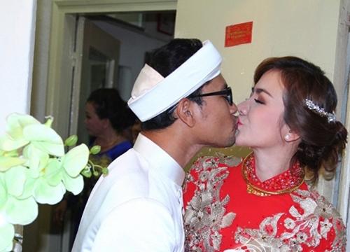 Sau đó, anh dành cho vợ nụ hôn tình cảm trước mặt nhiều người. - Tin sao Viet - Tin tuc sao Viet - Scandal sao Viet - Tin tuc cua Sao - Tin cua Sao