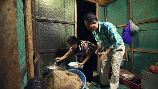 Martin Yan học lóm cách nấu món canh chua cá đặc trưng của Hạ Long.