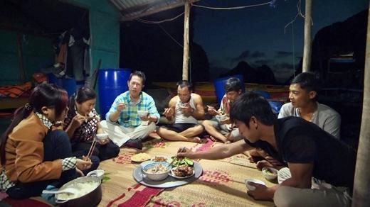 Martin Yan ăn cơm cùng gia đình địa phương.