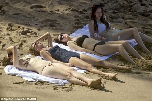"""Hé lộ ảnh đi chơi biển """"khó đỡ"""" của Taylor Swift"""