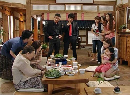 Xã hội đen đến đòi nợ Hye Won.