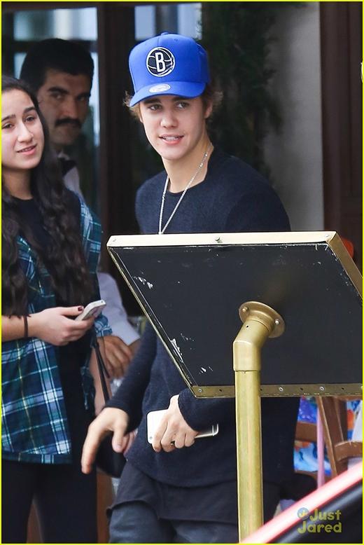 Justin Bieber lên tiếng bào chữa cho việc đâm xe vào phóng viên