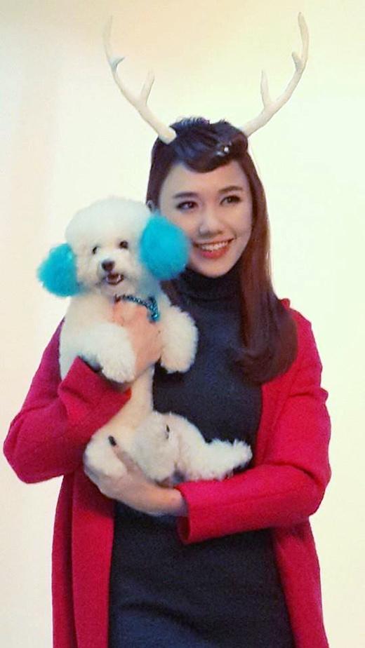 Hari Won với tạo hình con tuần lộc đang nhí nhảnh tạo dáng cùng một bé cún đáng yêu trong vòng tay mình. Được biết, đây là buổi chụp ảnh mới nhất của cô nàng trong thời gian gần đây.