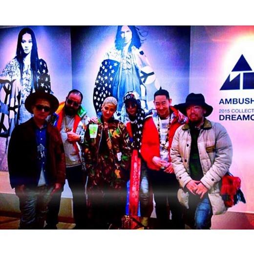 G-Dragon thích thú tham dự sự kiện triển lãm, anh khoe hình cùng những người bạn và viết: #DREAMCHATCHERS.