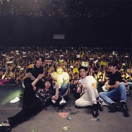 Lee Hong Ki hạnh phúc đăng tải hình ảnh FT Island chụp cùng các fan tại concert Mexico, anh viết: Mexico!!! Chỉ có mặt của tôi trở thành tâm điểm.