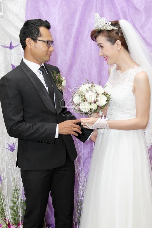 Hai vợ chồng nhìn nhau trìu mến và tình cảm. - Tin sao Viet - Tin tuc sao Viet - Scandal sao Viet - Tin tuc cua Sao - Tin cua Sao